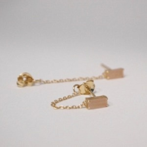 """Baguette"" Peach Moonstone with chain - Stud Earring - 18 Karat Gold"