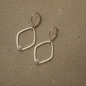 """Petit Point"" Howlith Rhombus - Brisur Earring - Silver"
