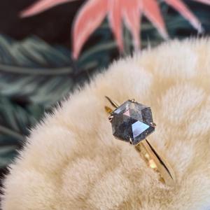 CLEOMETRA | Hexagon Diamond Dark Grey Rustic - Ring - 18 Karat Gold (ONE OF A KIND)